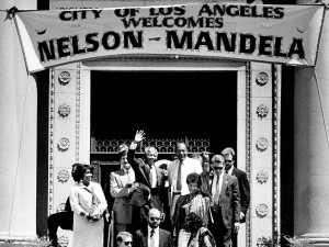 LA Mayor Tom Bradley gave Nelson Mandela meet the key to the city during a June 1990 visit. Photo: the Los Angeles Times.