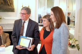Osorio receives a plaque from Argentinian Amb. Cecilia Nahón (right), joined by Catalina de Sanctis Ovando.