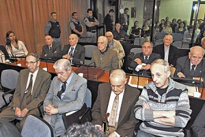 Several defendants await the resumption of proceedings at the historic Condor trial in Buenos Aires in 2015. Among the 25 high-ranking officials originally charged were former Argentine presidents Jorge Videla (deceased) and Reynaldo Bignone (aged 87).  (Reproduced with permission of Pagina 12)